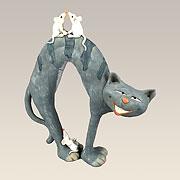 Katze Miou macht Katzenbuckel